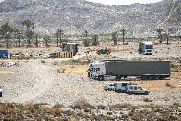 139656_88345_Los-primeros-camiones-llegaron-ayer-desde-Belfast-con-los-materiales-para-construir-los-decorados_G