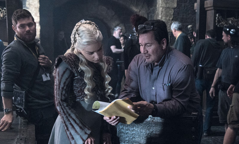 Emilia Clarke (Daenerys Targaryen) and director David Nutter discussing a scene in the new Winterfell library set for Season 8's second episode. Photo: HBO, via XLSemanal