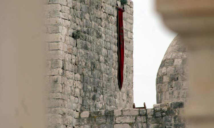 A Lannister banner flies from the city walls; Cersei still rules! / Photo: The Dubrovnik Times