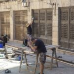 Hard at work converting the streets of Cáceres to a medieval setting — Jorge Rey / HOY